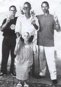 Gloria con tres de sus hijos: Guido, Juan Francisco y Miguel